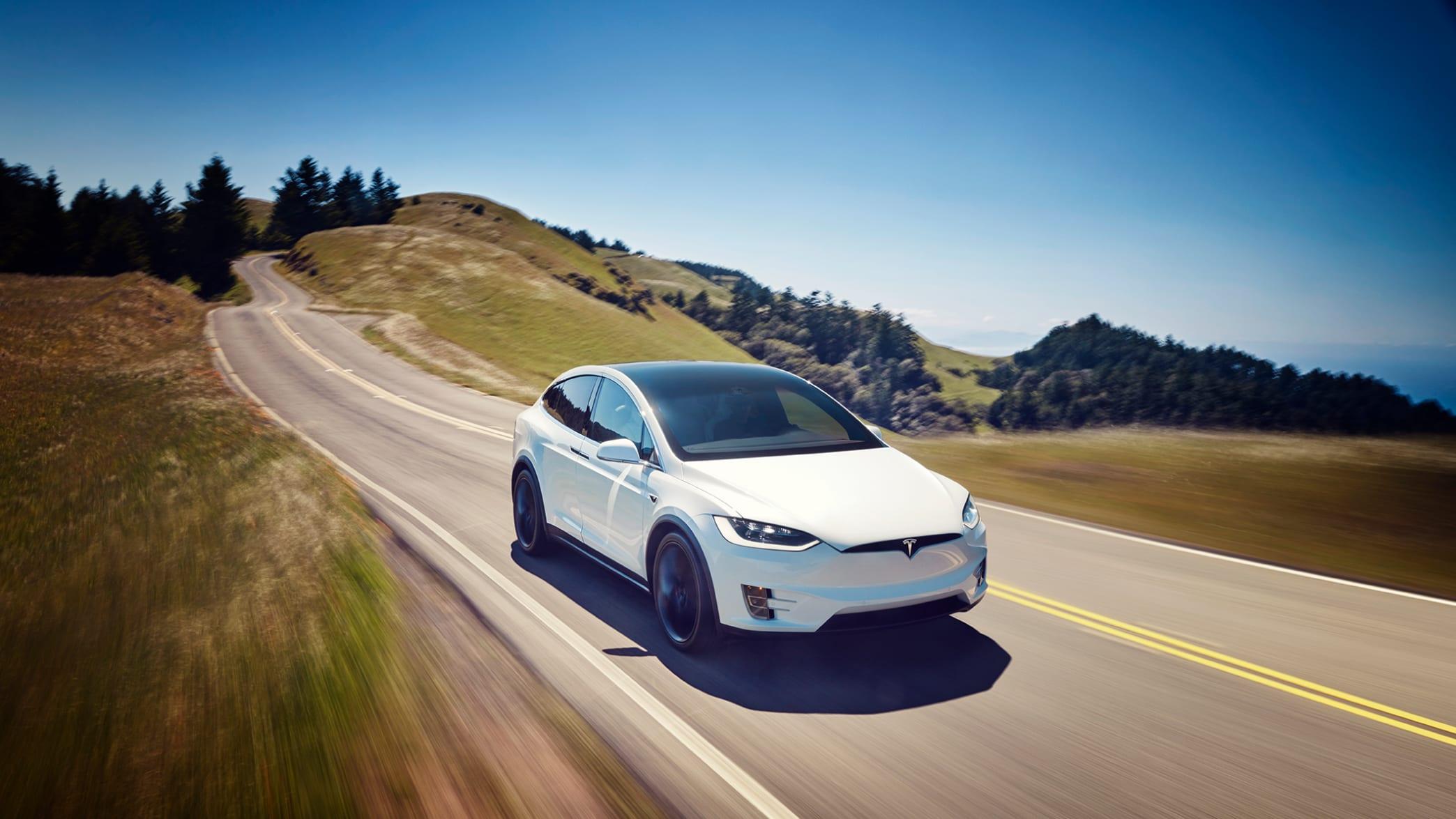 Tesla Model X fahrend auf der Straße