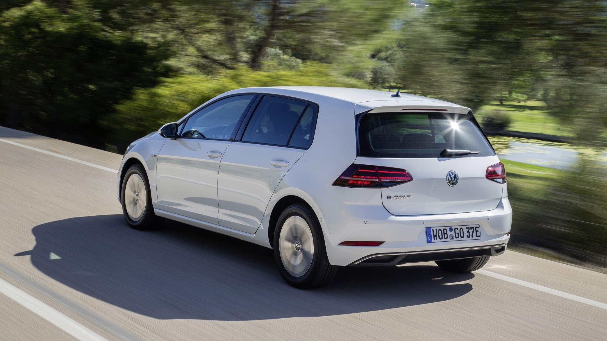 VW E-Golf fahrend auf der Straße