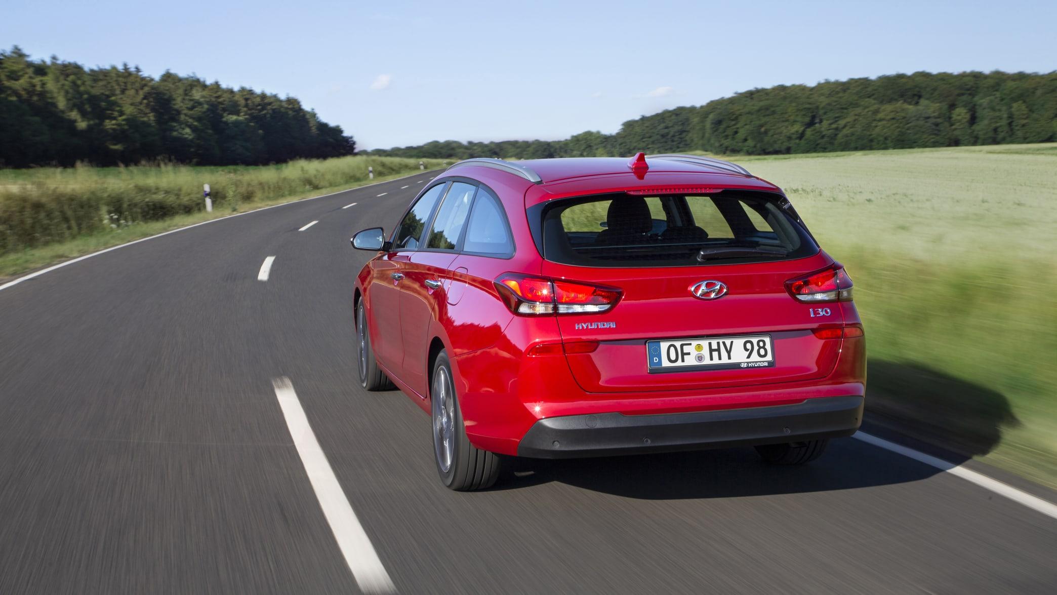 roter Hyundai i30 fährt auf der Landstrasse und zeigt sich von hinten