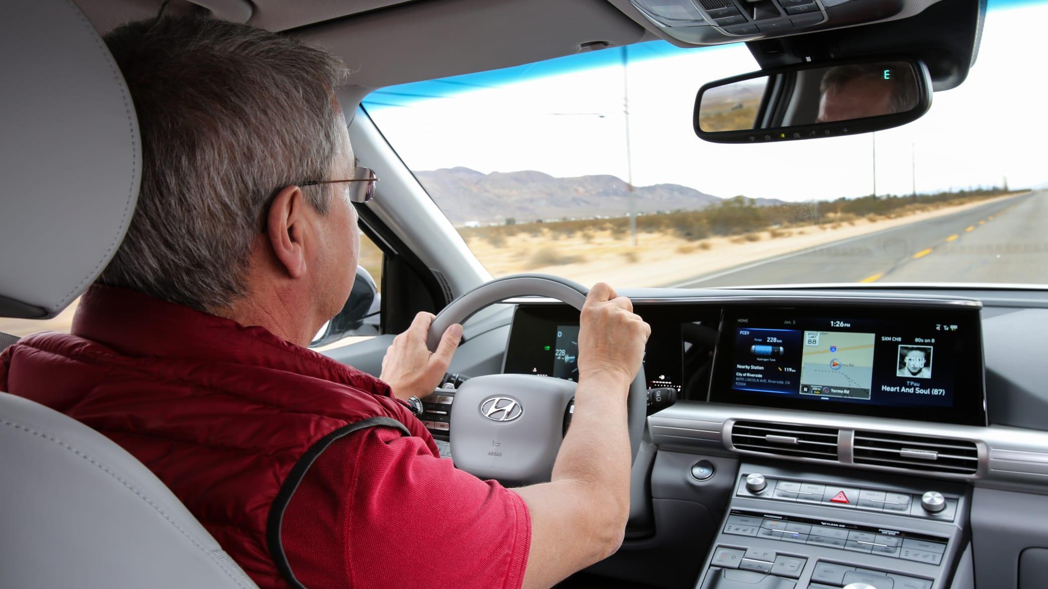 ADAC-Redakteur faehrt einen Hyundai Nexo