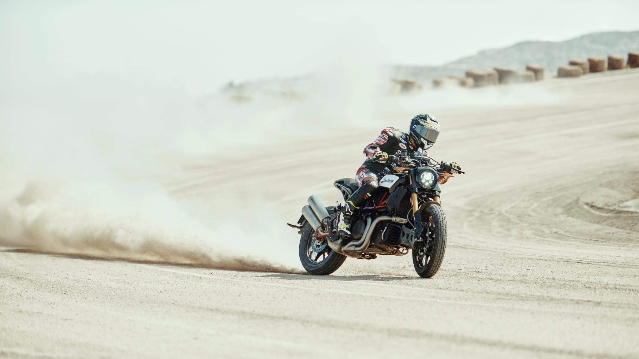 FTR 1200 S Motorrad fahrend im Gelände