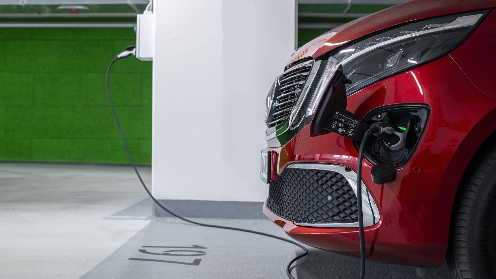 Der Mercedes EQV wird an der Ladesäule elektrisch aufgelanden
