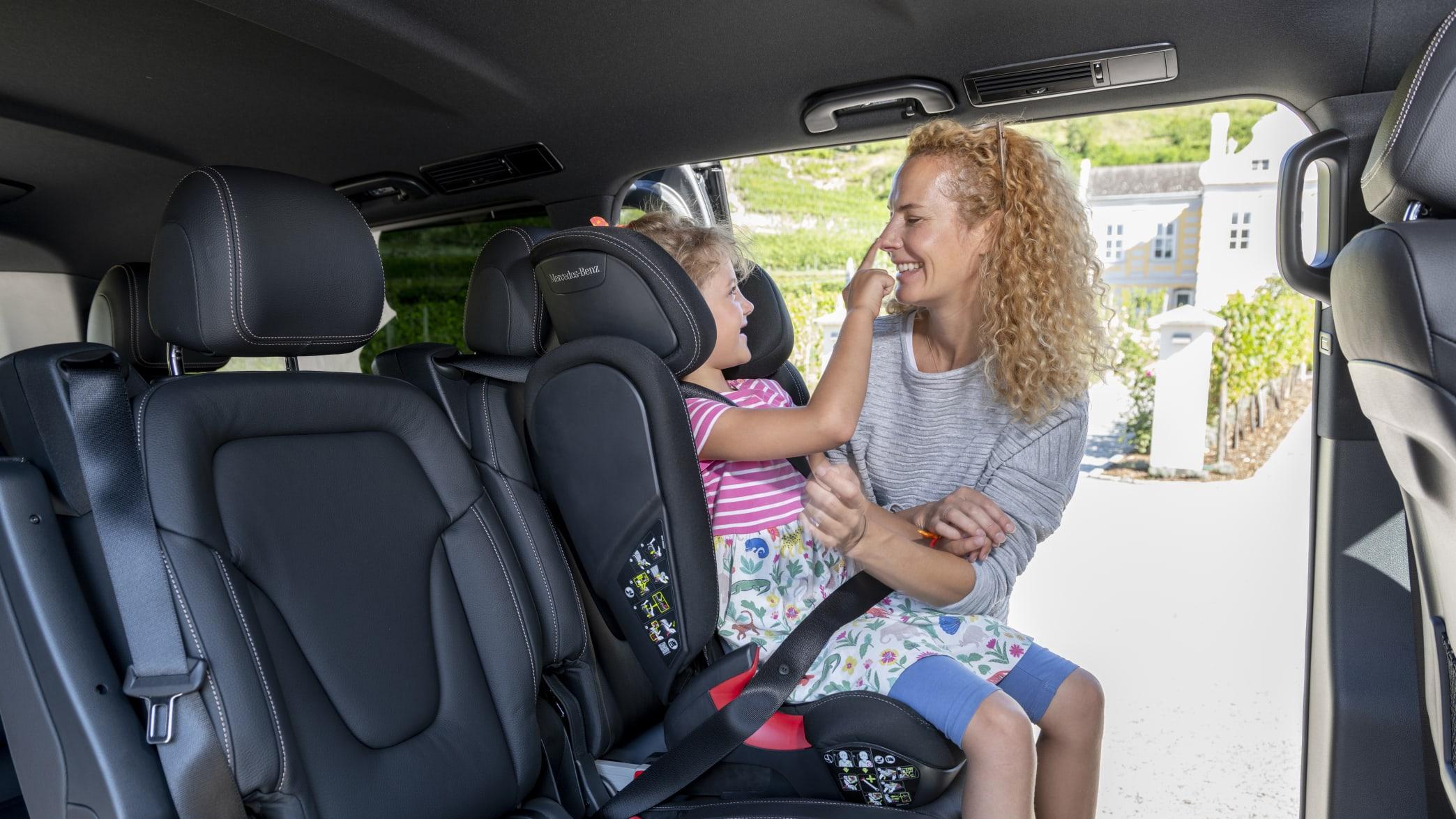 Ein Kindersitz auf der Rücksitzbank der Mercedes V-Klasse EQ