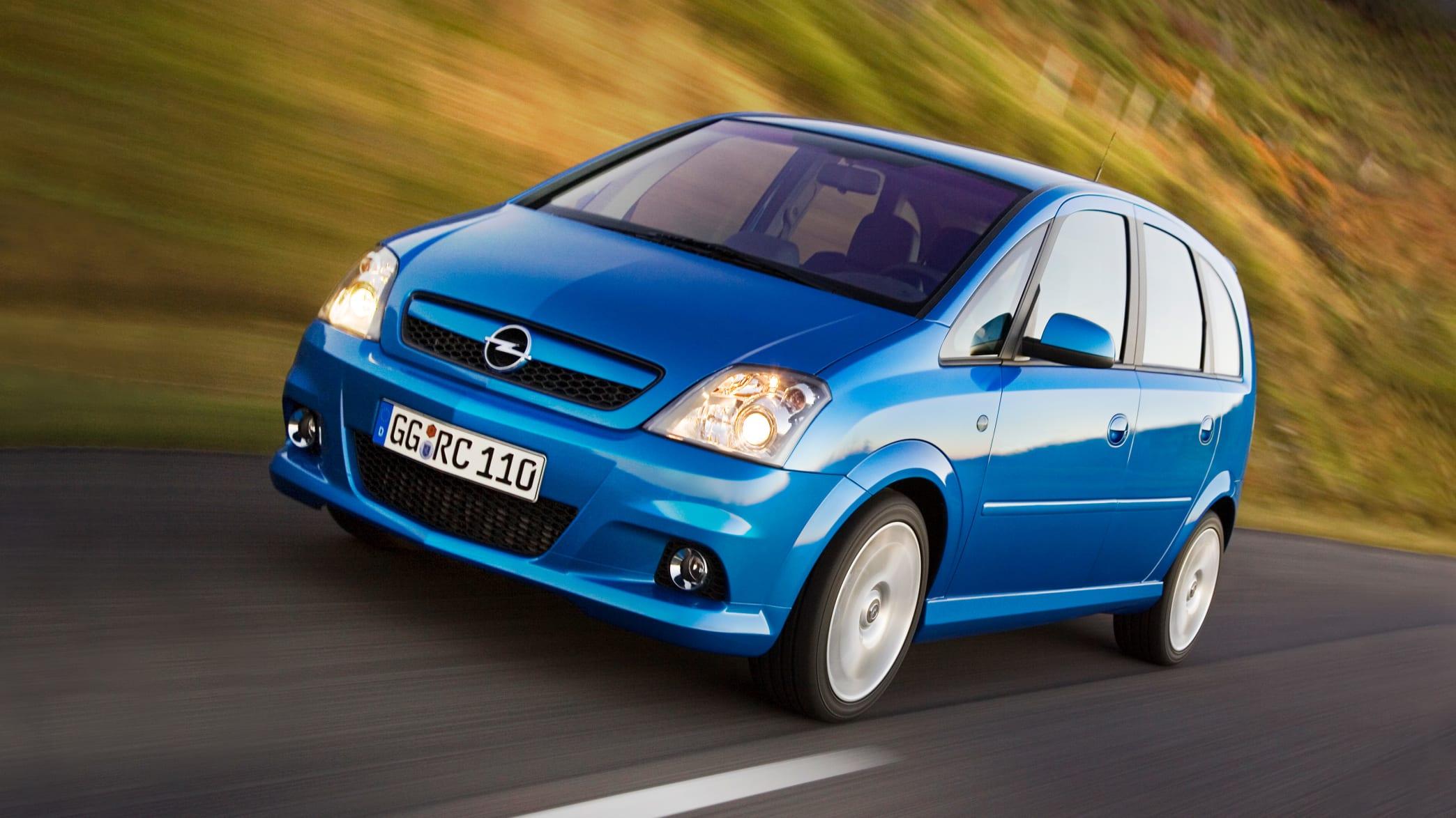 Blauer Opel Meriva OPC fährt auf Strasse