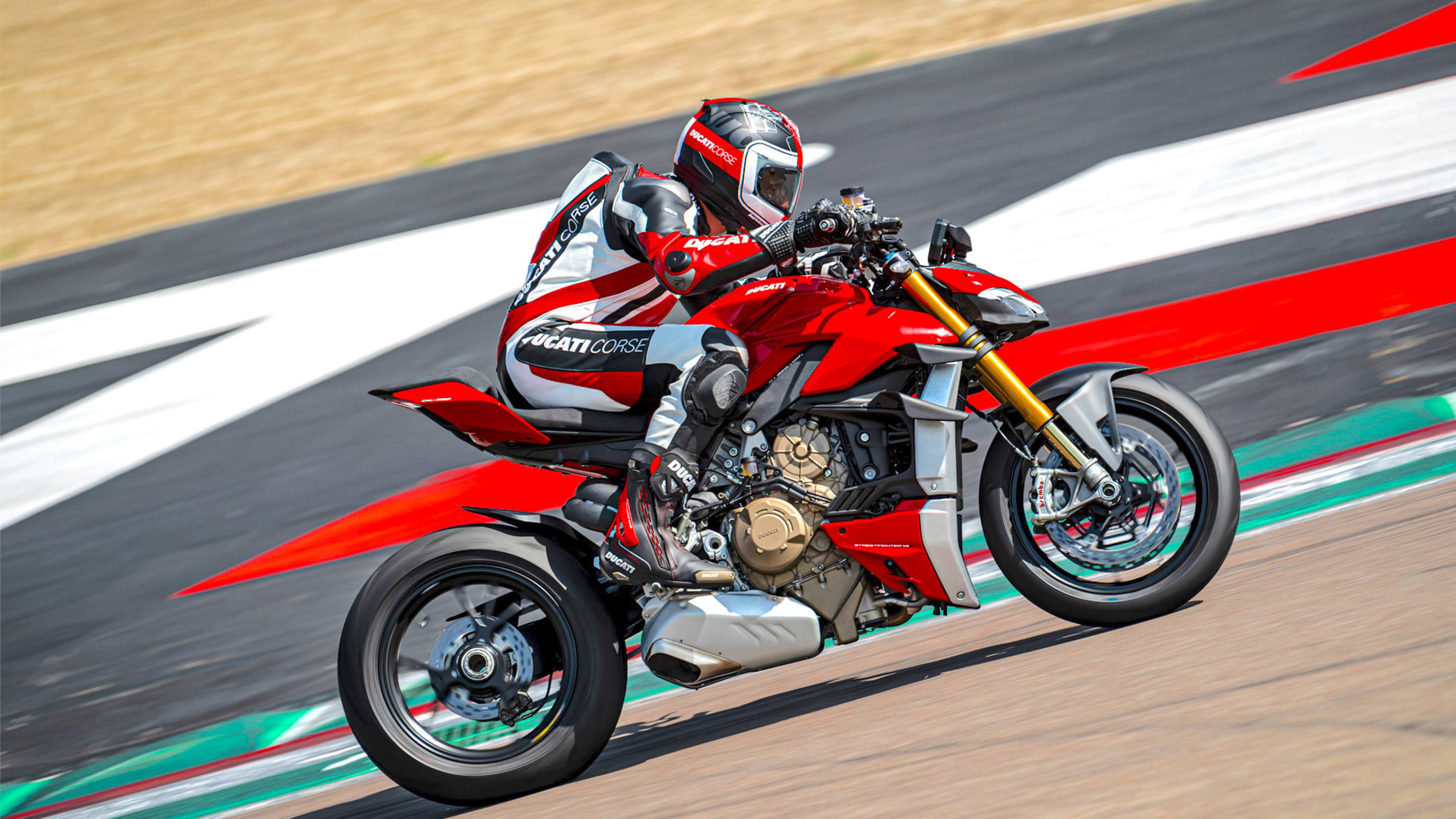 Rennfahrer fährt mit Ducati Streetfighter