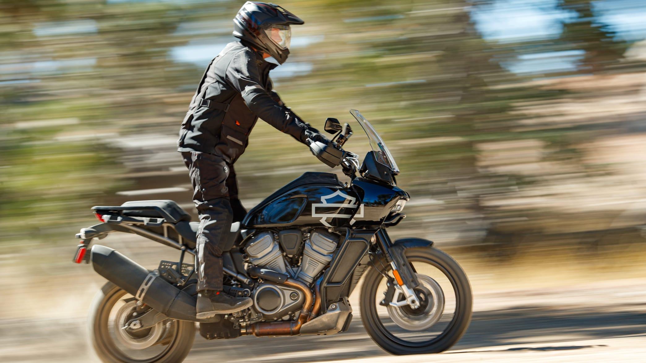 Mann fährt auf Harley Davidson Pan America