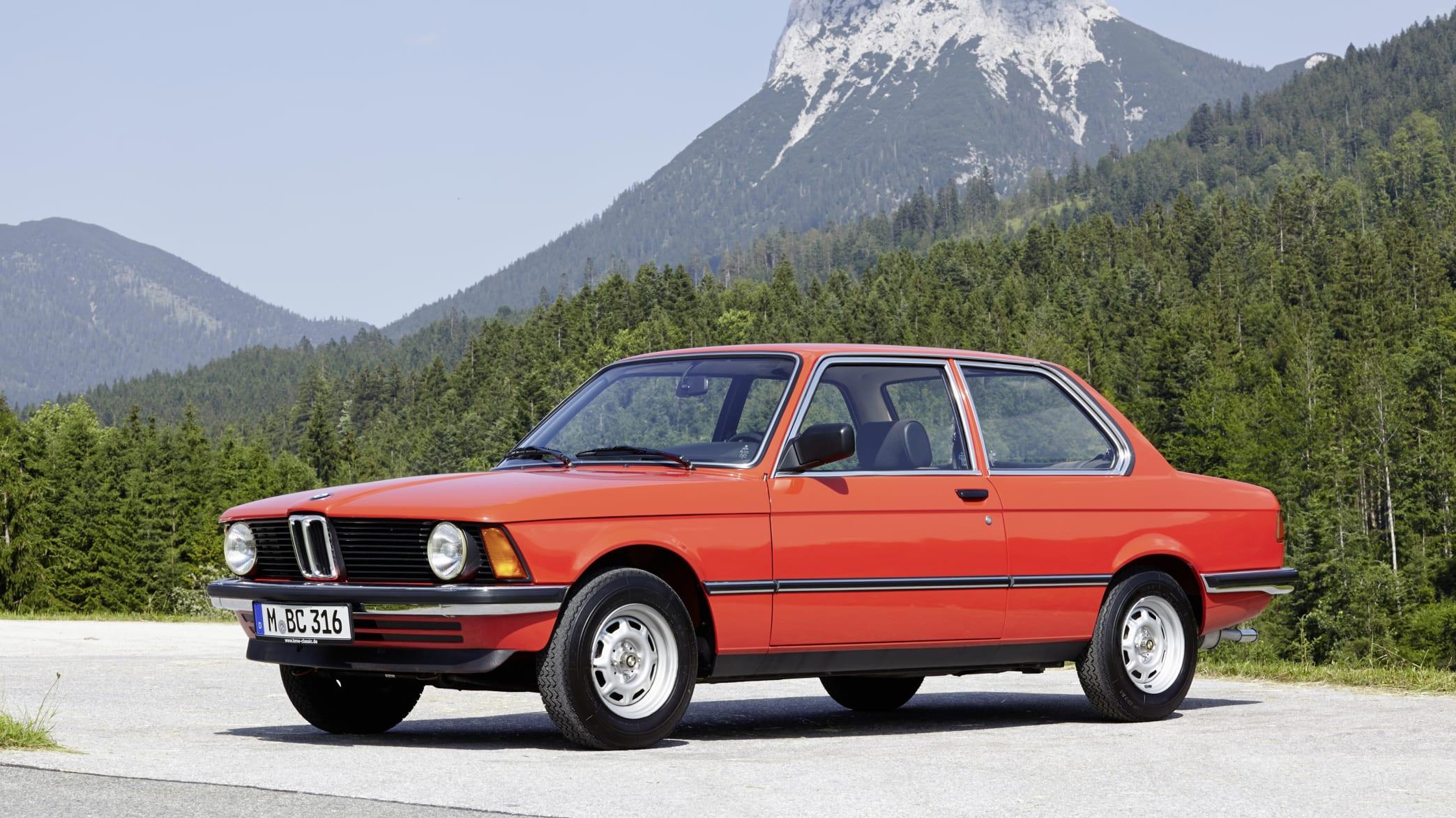 Roter 3er BMW-Oldtimer vom Modell E21