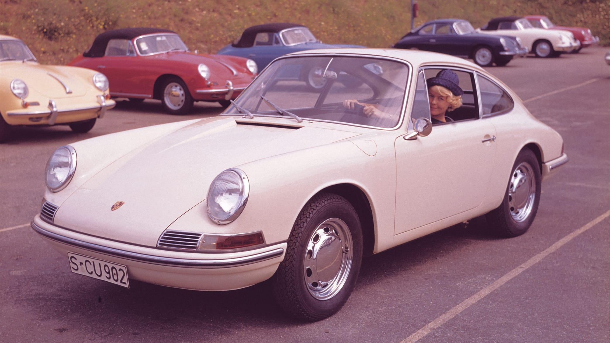 Porsche 911 fahrend auf der Straße
