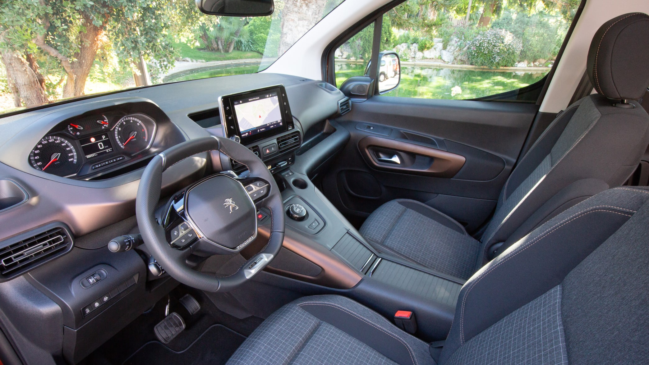 Cockpit eines Peugeot Rifter