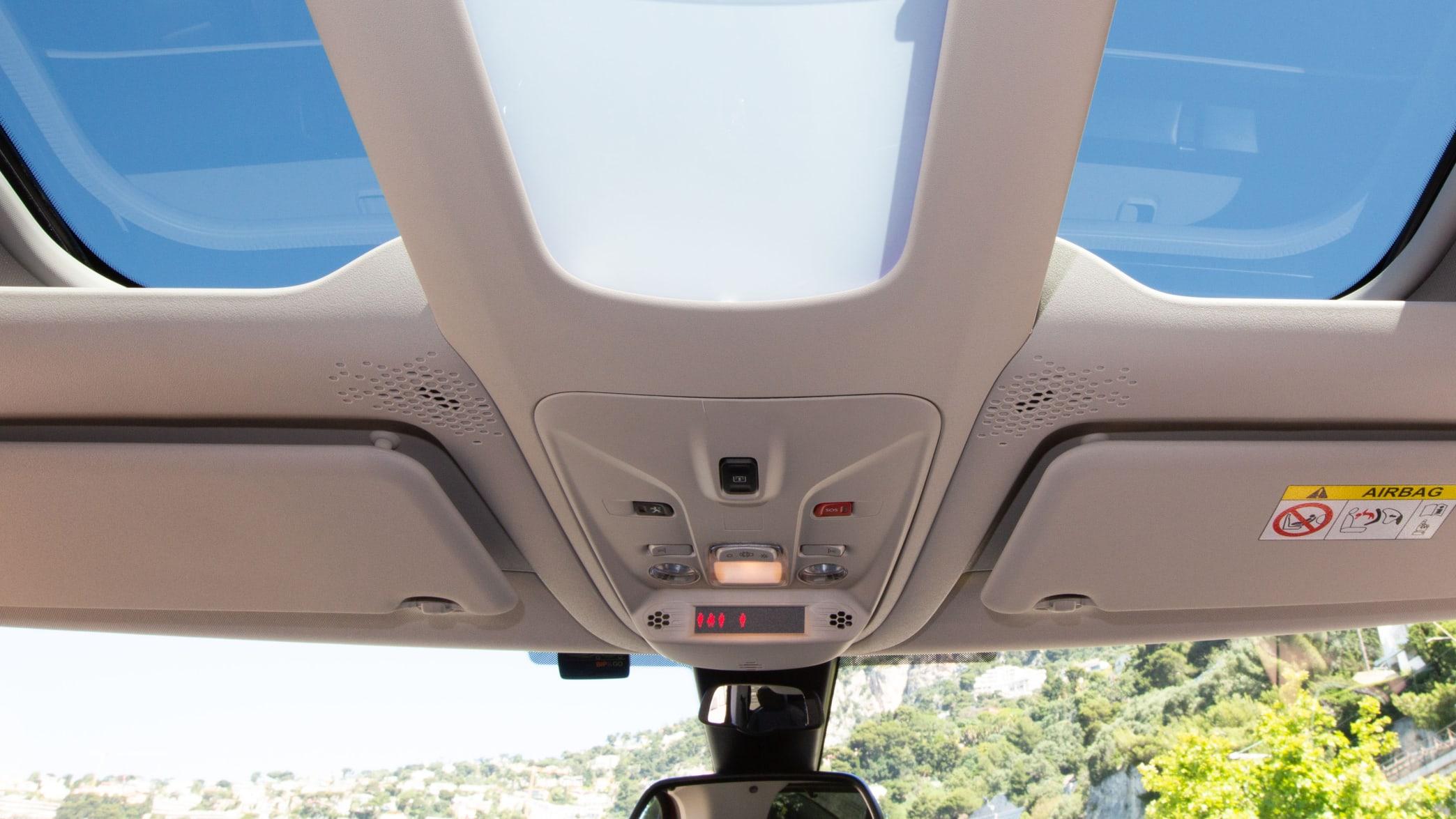 Panoramadach eines Peugeot Rifter