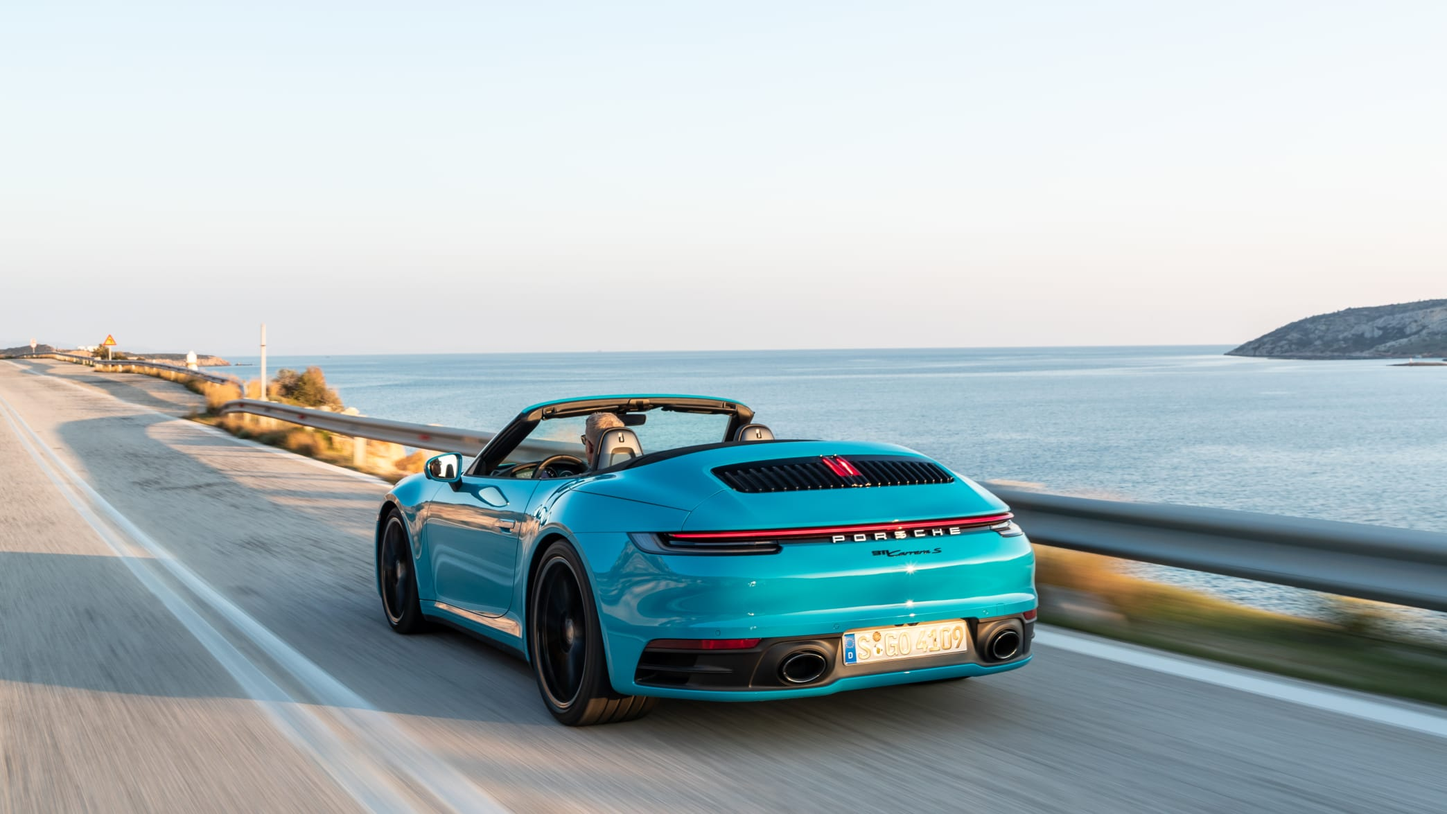 Porsche 911 Carrera S Cabrio fahrend auf der Straße