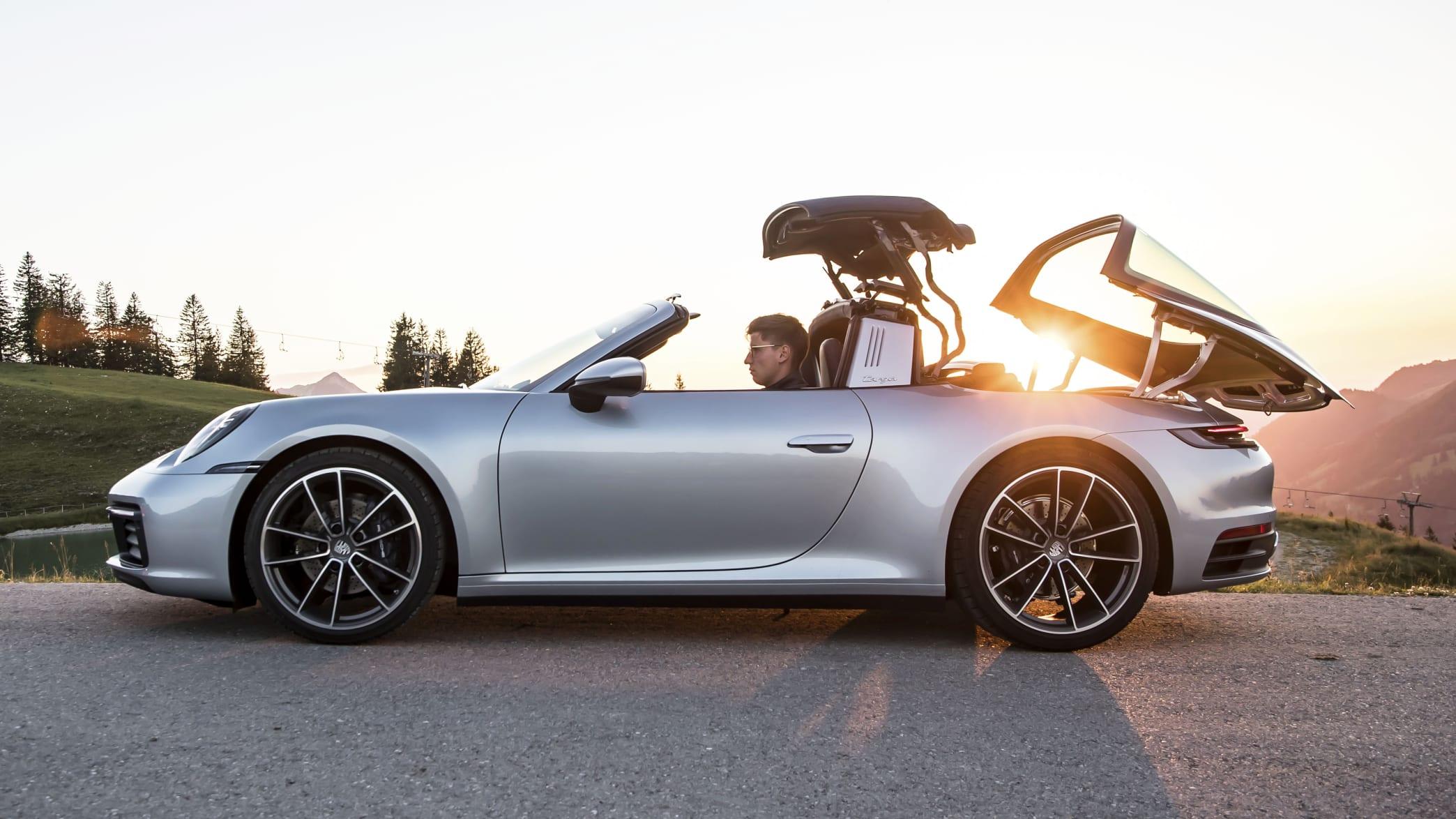 Dach eines silbernen Porsche 911er Targa 4 klappt auf