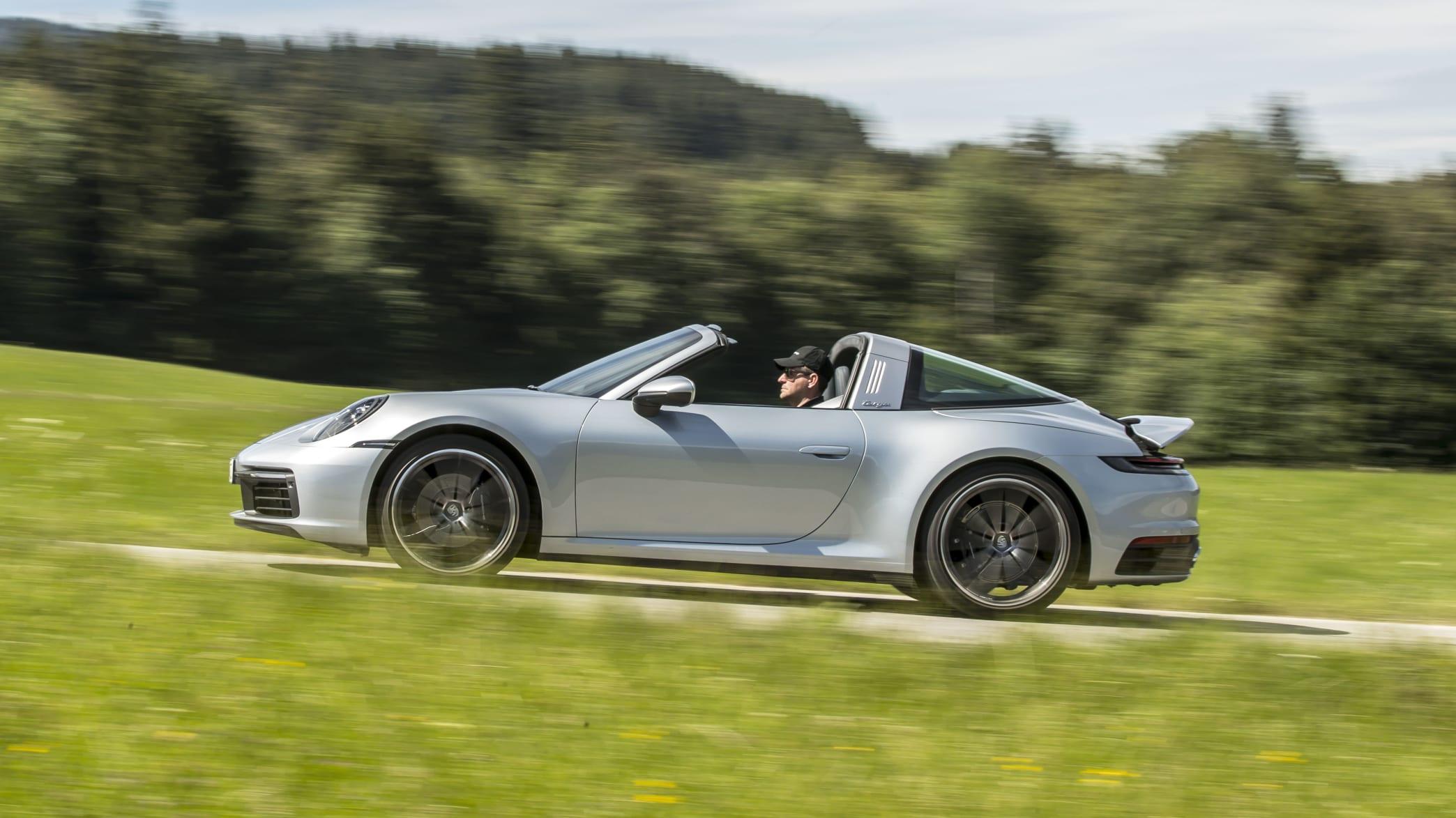 Seitenansicht eines fahrenden Porsche 911er Targa 4 in Silber