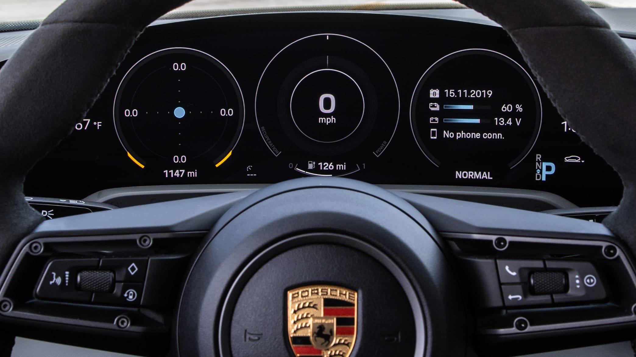 Blick ueber das Lenkrad auf das Cockpit des Porsche Taycan