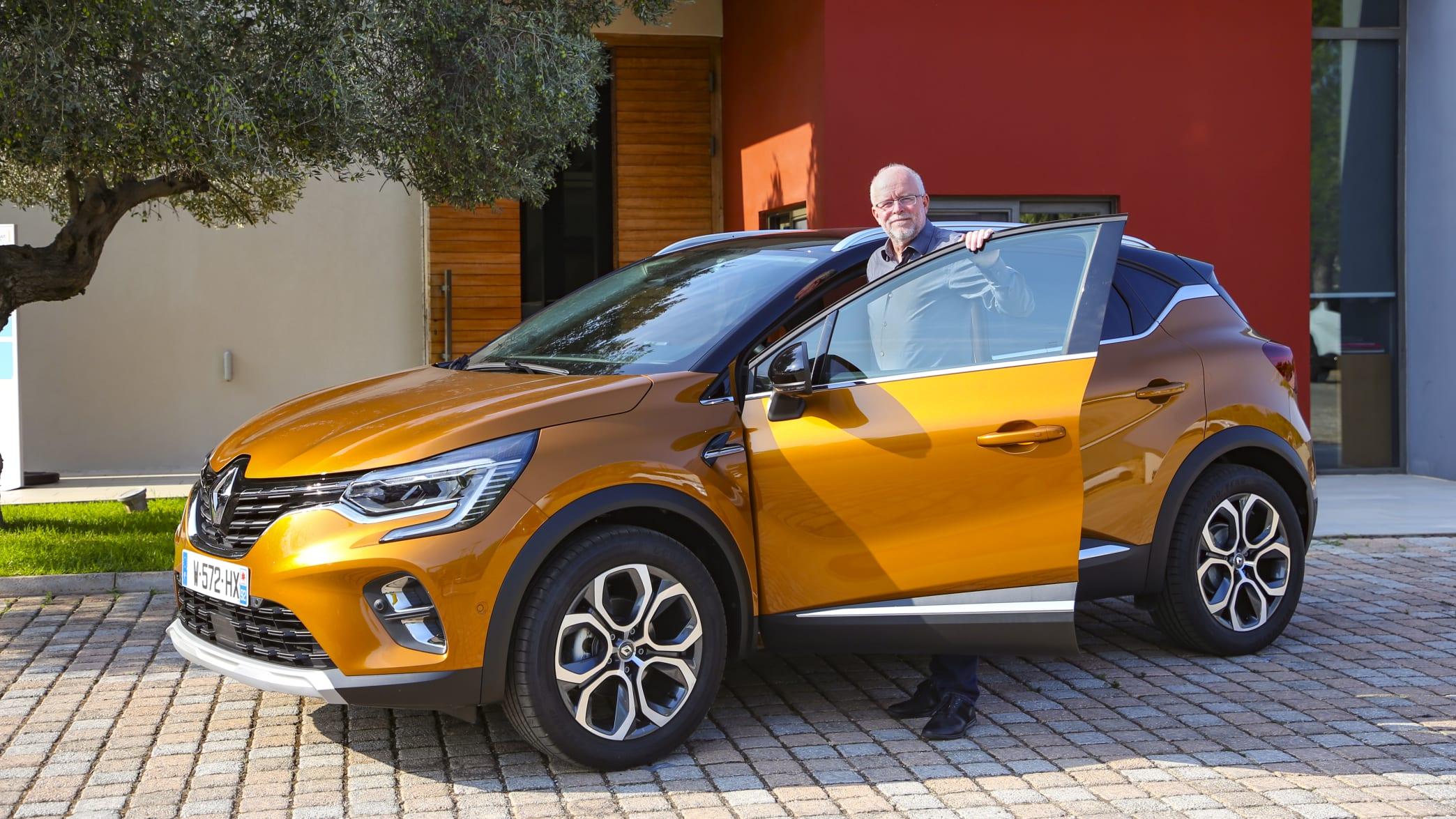 oranger Renault Captur stehend mit geöffnet Tür