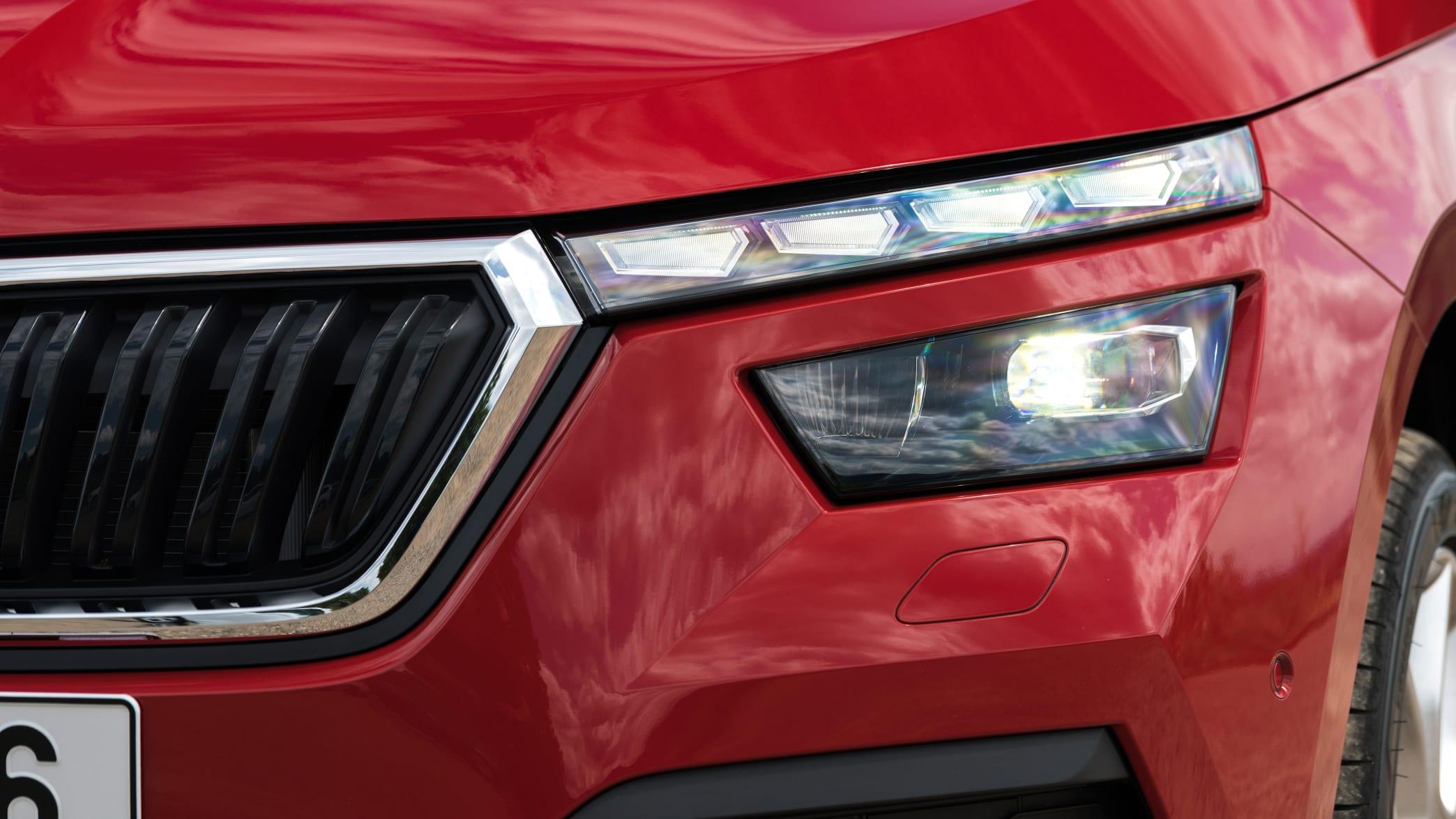 Frontlicht eines roten Skoda Kamiq