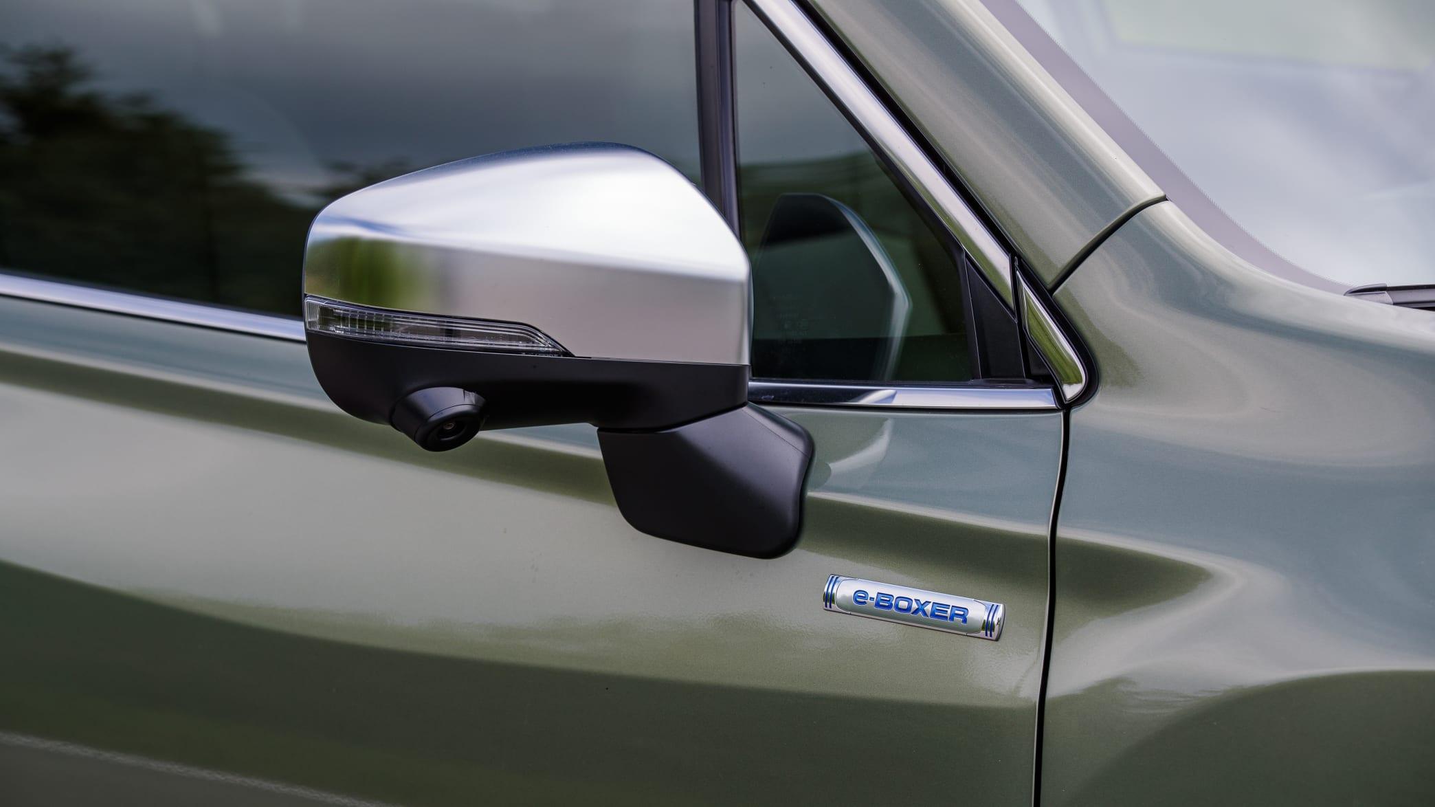 der Seitenspiegel mit Kamera des Subaru Forester