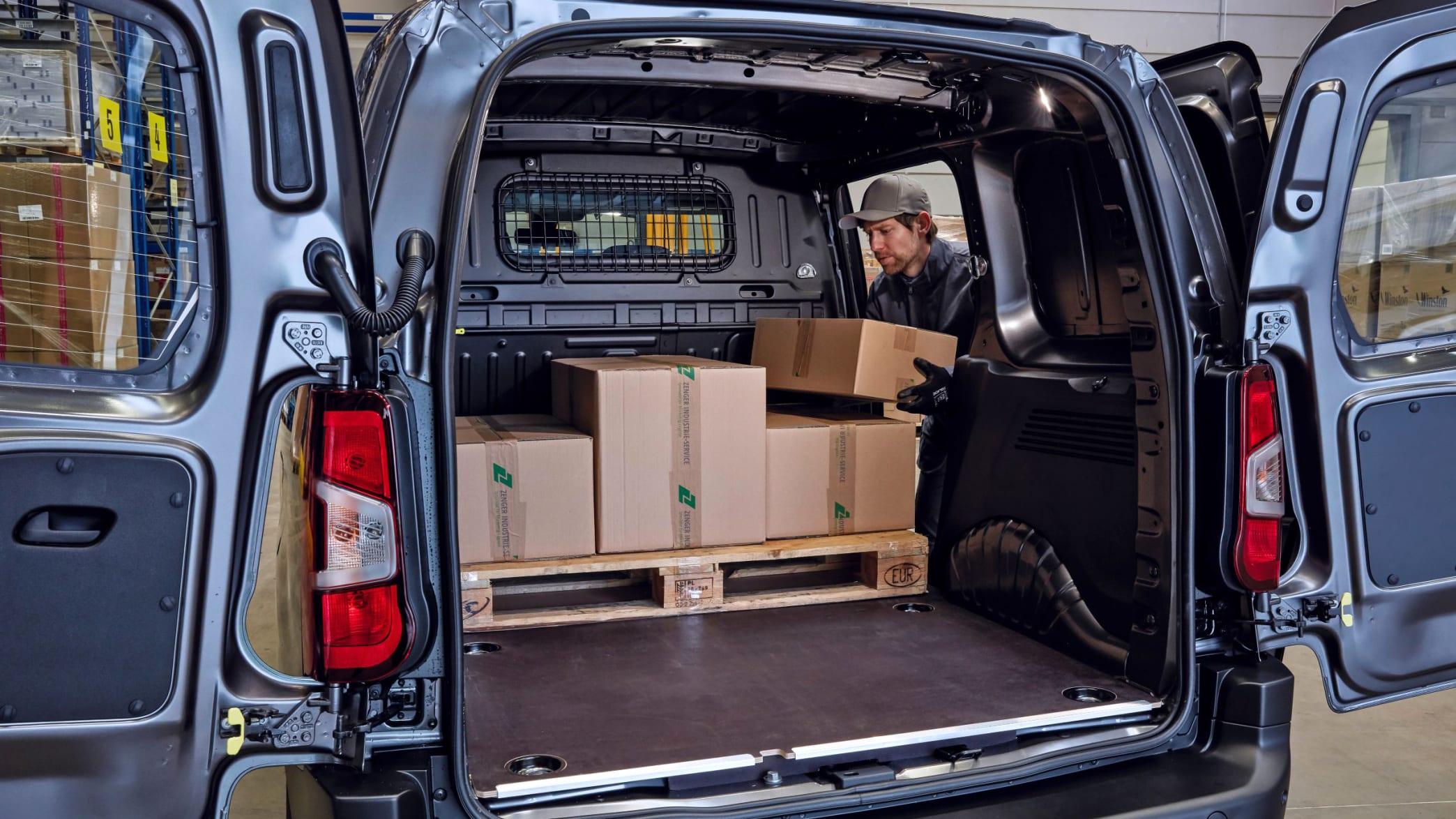 Kofferraum des Toyota ProAce City wird beladen