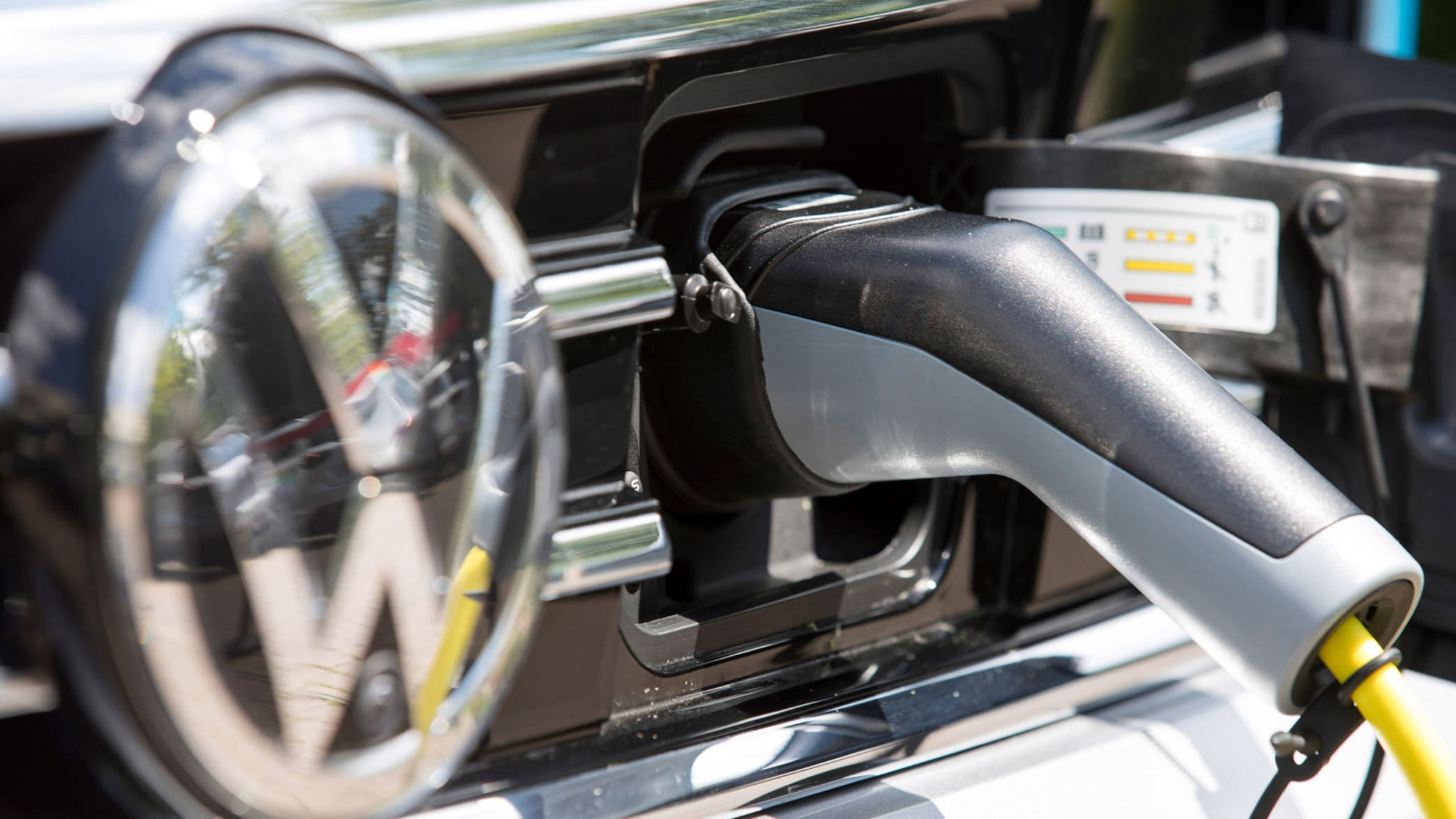 VW Passat Hybrid wird aufgeladen