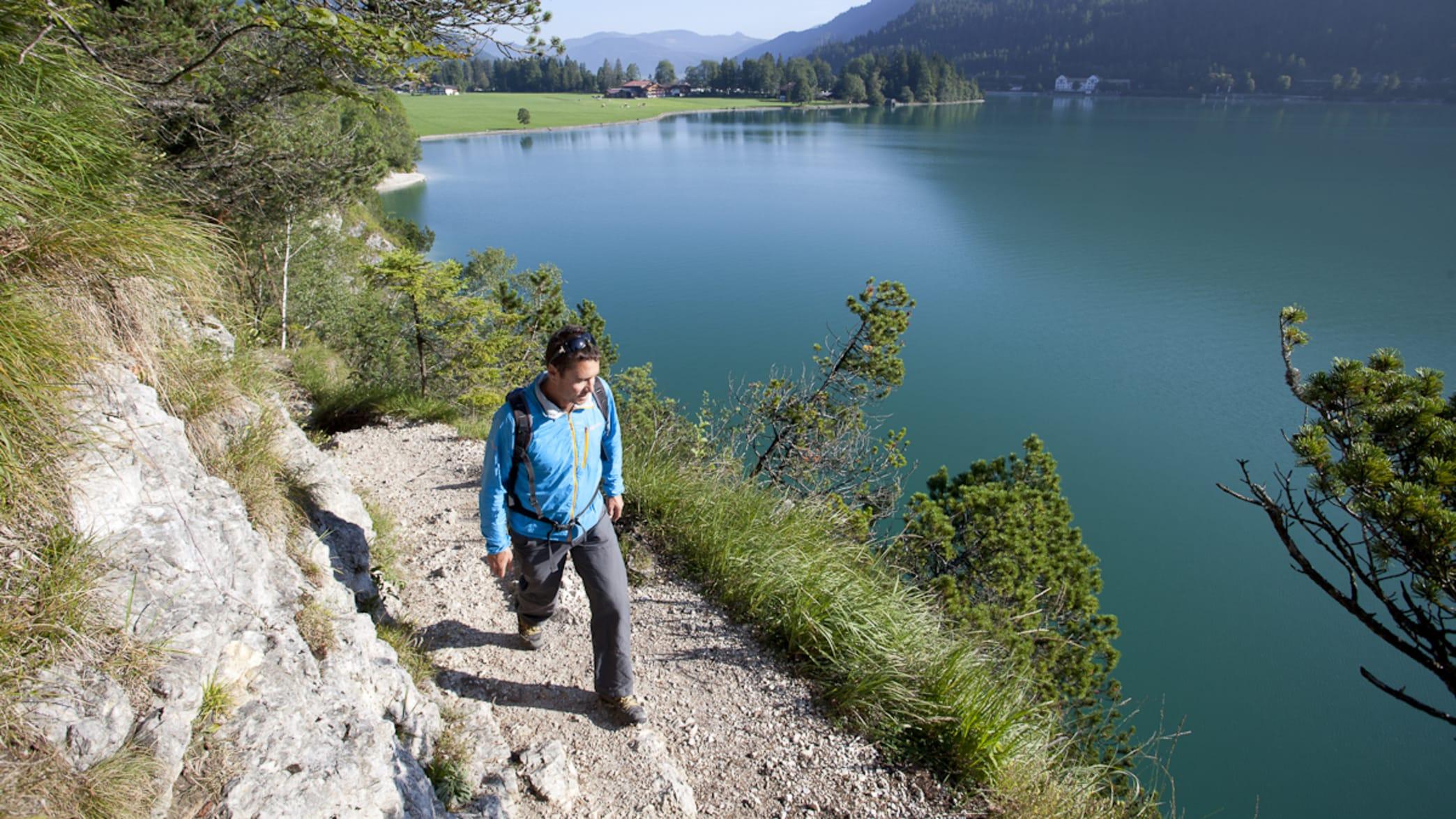 Wanderer an einem See