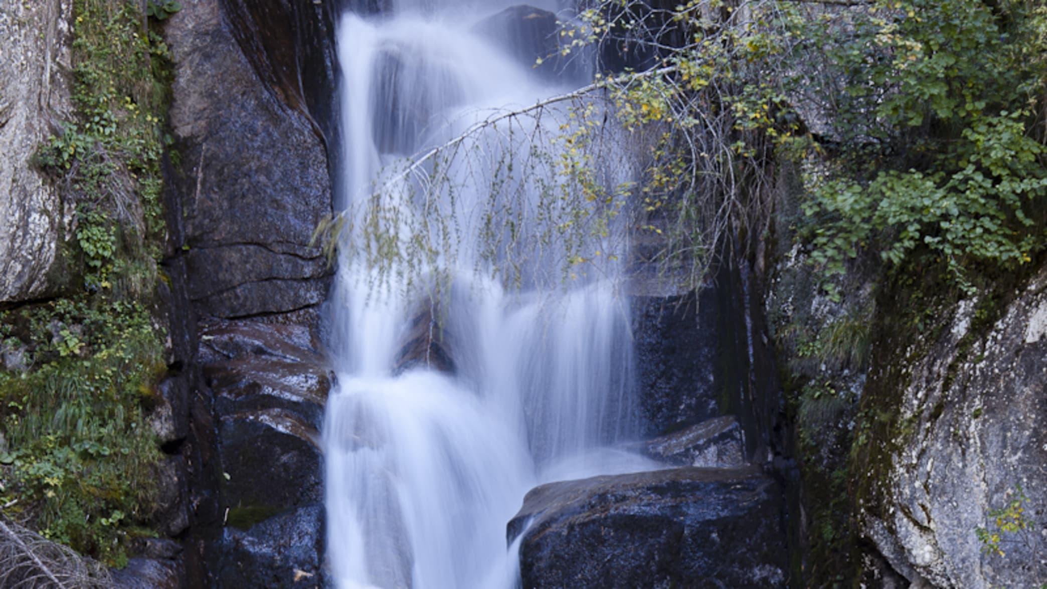 Wasserfall und eine Bank