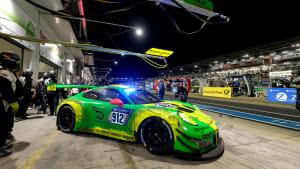 Porsche in der Boxengasse beim 24h-Rennen am Nürburgring