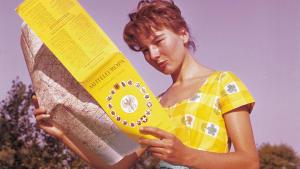eine Junge Frau mit einer historischen ADAC-Strassenkarte von 1951