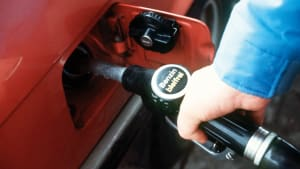 Ein Mann tankt bleifreies Benzin 1985