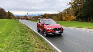 MG ZS EV fahrend auf der Straße