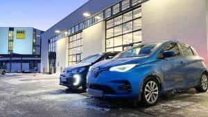 Zwei Elektroautos stehen nebeneinander