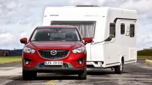 ein Auto mit einem Caravan auf der Teststrecke