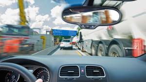 Auto fährt durch Baustelle auf der Autobahn