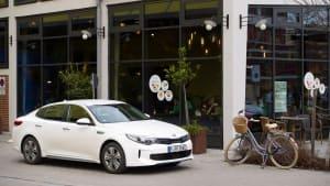 Kia Optima parkt in einer Stadt