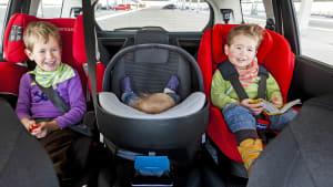 3 Kindersitze auf Rückbank