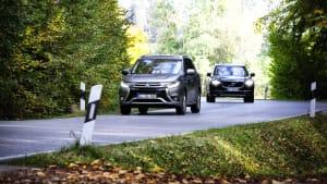 Zwei Autos fahren auf einer Landstrasse