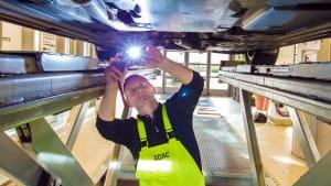 Prüfer Ludwig Finkenzeller beim Gebrauchtwagencheck beim ADAC Prüfzentrum Südbayern