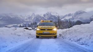Stassenwachtauto auf einer verschneiten Strasse