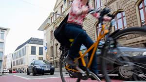 Eine Fahrradfahrerin in der Stadt