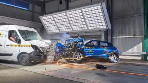 Ein Transporter wird gegen einen PKW gecrashed