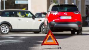 Aufgestelltes Warndreieck nach einem Unfall