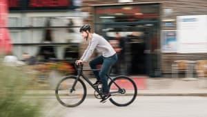 Mann radelt auf einem Urban E-Bike durch Wien