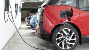 Ladevorgang von Elektroautos durch Wallboxen Lastmanagement in der ADAC Tiefgarage