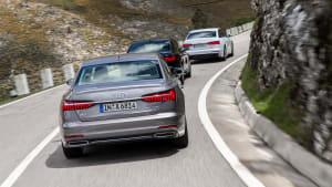grauer Audi A6 fährt auf einer Strasse