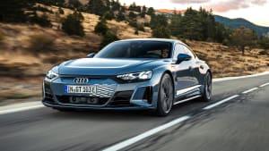 Audi e-tron GT fahrend auf einer Straße