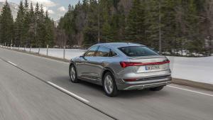 Audi e-tron Sportback fährt auf Landstrasse im Winter