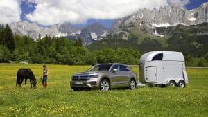 VW Toureg stehend mit Pferdeanhänger vor Alpenpanorama