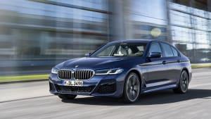 BMW 5er fahrend auf der Straße