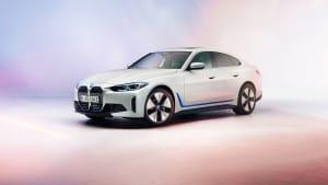 Front und Seite des neuen BMW 4i im Studio auf buntem Pastellfarbenen Hintergrund und Boden
