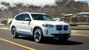 BMW ix 3 fahrend auf einer Straße