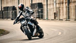 Motorradfahrer fährt auf einer BMW S 1000 R
